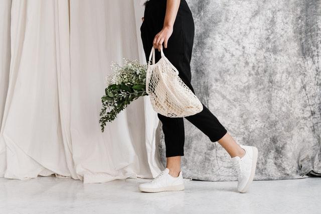 shopper bag, torba na zakupy, pojemna torba, czarna shopperka, jak wybrać shopperkę, zalety shopperki, torba do pracy, elegancka torba,