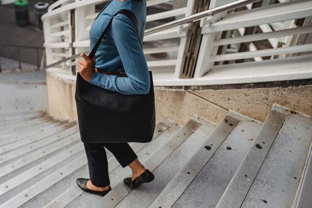 torebki do pracy, torebki do biura, outfit biurowy, elegancka torebka, shopperka, listonoszka, czarna torebka, skórzana torebka