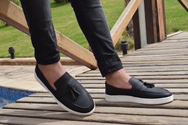 modne buty 2021, modne obuwie 2021, buty 2021, modne buty wiosna, modne buty lato 2021, modne buty zima 2021, modne buty na obcasie 2021, sezon 2021 buty, jakie wybrać buty 2021, frędzle na butach,