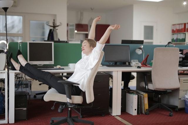 ubranie do biura, stylizacja do biura, jak ubraćsię do biura, profesjonalny wygląd w pracy, profesjonalny outfit w pracy, jak ubierać się do firmy, torebka do pracy, buty do pracy,