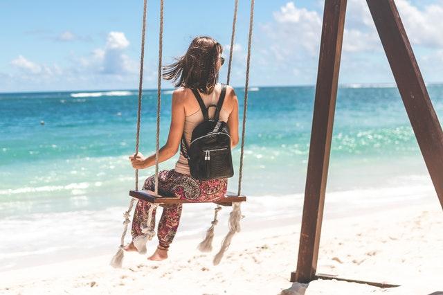 torba na plażę, torba plażowa, modna torba plażowa, jak wybrać torbę na plażę, torba wiklinowa na plażę, plecak na plażę, wybór torby na plażę, torby na plażę 2021,