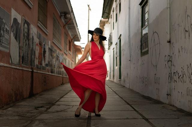 długa sukienka, sukienka maxi, kobieca sukienka, sukienka a figura, jak dobraćsukienkę do figury, sukienka maxi na wesele, sukienka maxi na co dzień, sukienka maxi okazje, sukienka maxi niski wzrost,