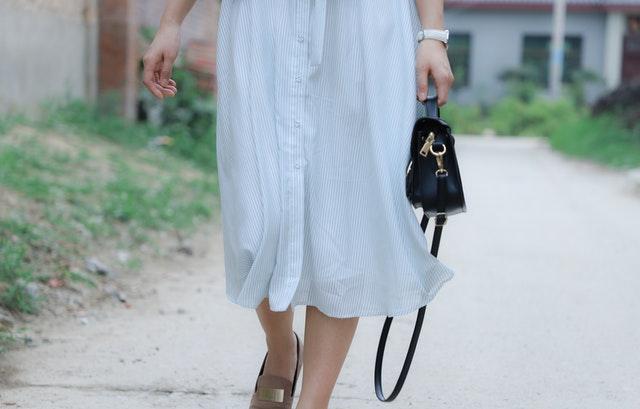 małe torebki, mała torebka, jak wybrać małą torebkę, kopertówka, listonoszka, mała torebka na wesele, czarna torebka, torebka ze skóry