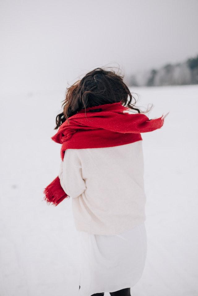 stylizacje zimowe, moda 2021, zima 2021, modne dodatki, modne elementy, trendy 2021, czerwień, futra, skórzane sukienki, zimowy trendy 2021, czerwone dodatki, modna czerwień,