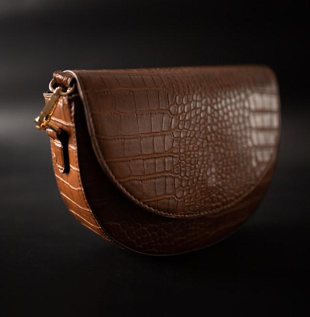 małe torebki, mała torebka, jak wybrać małą torebkę, kopertówka, listonoszka, mała torebka na wesele,