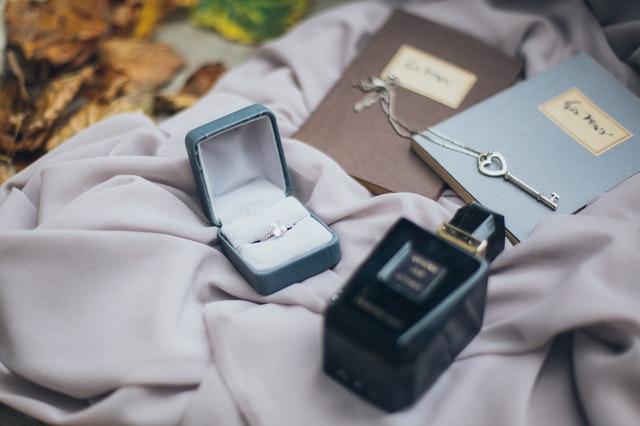 kobieca biżuteria, damska biżuteria, modna biżuteria, jak dobrać biżuterię, biżuteria a stylizacja, zasady noszenia biżuterii, biżuteria trendy 2021,