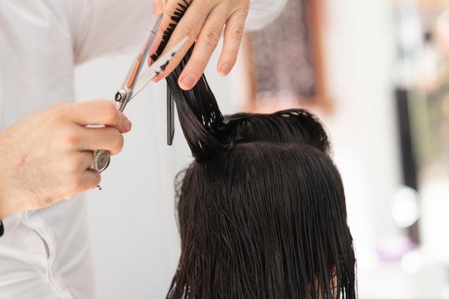 zabiegi fryzjerskie, zniszczone włosy, włosy się puszą, słabe włosy, jak zadbać o włosy, profesjonalne zabiegi fryzjerskie, keratynowe prostowanie włosów,