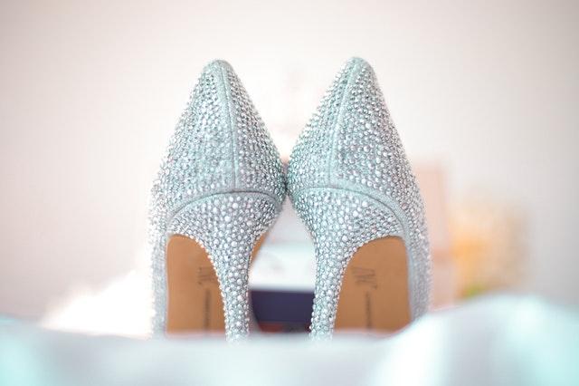 szpilki, kobiece obuwie, kobiece buty, buty na wysokim obcasie, szpilki stylizacje, gdzie nosić szpilki, szpilki okazje, jak dobrać szpilki, jak wybrać szpilki, szpilki do pracy, szpilki na wesele,