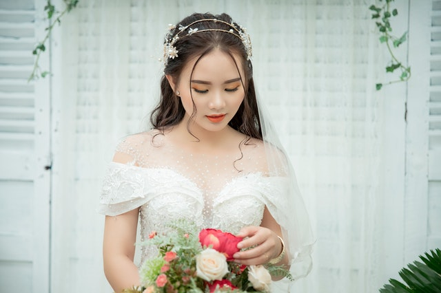 ślubna fryzura 2021, modne fryzury ślubne, fryzura na ślub 2021, jak się uczesać na ślub, stylizacja włosów na ślub, ślubne upięcia 2021,