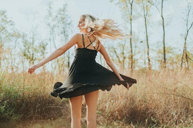 mała czarna, czarna sukienka, modna mała czarna, mała czarna a sylwetka, co do małej czarnej, dodatki do małej czarnej, mała czarna na jakie okazje, mała czarna jak nosić,