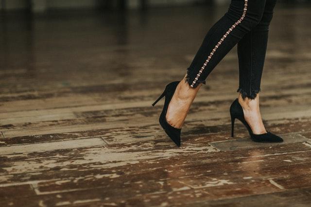 kobiece buty, szpilki, czarne szpilki, buty na każdą okazję, kobiece obuwie, modne buty, wygodne buty, eleganckie buty,