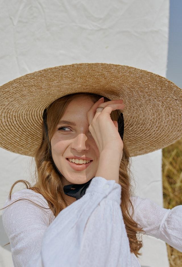 letnie stylizacje, stylizacja na lato, moda na lato, lato 2021, moda 2021, modne stylizacje 2021, modne kolory 2021, letnie sukienki, letnie ubrania, letnie dodatki, letni kapelusz, kapelusz na lato, modne kapelusze, modne okulary,