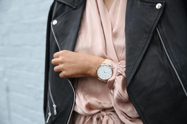 damski zegarek, modne damskie zegarki, jak wybrać damski zegarek, wybór damskiego zegarka, najlepsze damskie zegarki, zegarek sportowy damski, elegancki zegarek,
