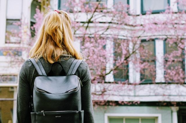plecak damski, modne plecaki damskie, plecaki, plecak, jaki wybrać plecak, jak nosić plecak, z czym nosić plecak, plecak do pracy,